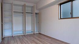収納豊富な約8.8帖の主寝室