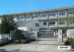 広峰小学校 820m
