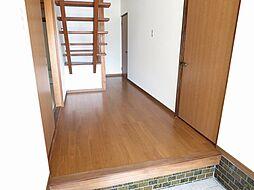 リフォーム済 玄関ホール写真です。天井・壁のクロス、床はフローリングを張りました。