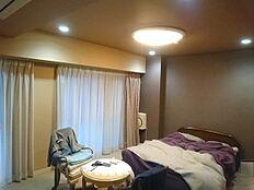 洋室約12.7帖です。マスターベッドルームとしてご利用されております。