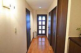 玄関のドアを開けるとこのお部屋の導線の廊下部分です。ご覧のように床、壁とリフォームをしています。