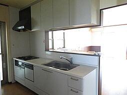 キッチン。明るく柔らかな自然光が入るキッチン。快適なお料理タイムをお過ごしいただけます。勝手口が設けられており、ゴミ出しに便利。換気扇をつけることなく短時間で空気の入れ替えが可能です。