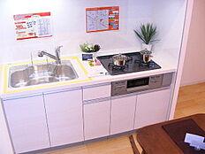 家事動線を向上させ、無駄を省いた奥様にやさしいキッチンです。