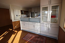 リビングに面して食器棚が備わっています。お気に入りの食器を飾ってもいいですね。