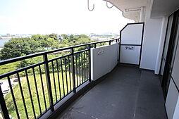 リビングダイニングと5.1畳洋室に沿った日当たり良好なバルコニーは、洗濯物をたっぷり干せます