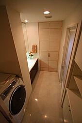 収納豊富で機能的な洗面室となっております。