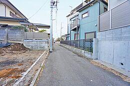 車通りの少ない幅員約3mの前面道路です。