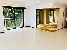 リビングダイニングと和室です。角部屋ですので西側にも窓を設け、採光に恵まれた解放感のあるお部屋です。