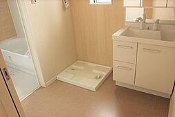 清潔感あふれるスタイリッシュなデザインの洗面化粧台