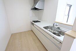 ご家族と会話を楽しみながらお料理をして頂けるカウンターキッチン。床下収納庫もございます。