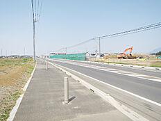 歩道ありの前面道路、道路向いは春風台エリアです