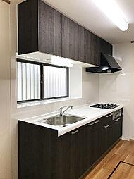 新規交換済みのシステムキッチン。ウッド調の落ち着いたデザインです。