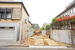 2世帯住宅などをお考えのお客様には嬉しいサイズの81坪の広々とした分譲地となっています。