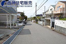 前面道路は約6.0m、接道約11mです。現地(2017年10月)撮影
