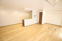 室内の大半を占めるフローリングには自然素材である天然無垢材を取り入れました。