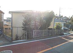 駅まで徒歩圏内、生活施設の利便性。住みやすさに笑顔がこぼれる。家族の風景が浮かぶ土地。