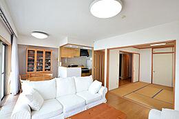 リビングダイニングキッチンで14.5帖の広さがあります。また和室も併設されています。