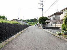北側幅員約6mの前面道路です。