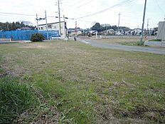交差点を左折すると、すぐ桜南小学校、少し先に並木ショッピングセンター。右折すると土浦に出ます。
