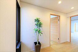 玄関リフォーム完了後の玄関です。クロスを貼り替え、照明を新設しました。