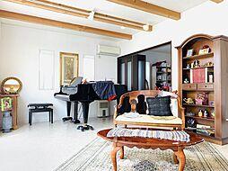 美しい見せ梁が魅力のリビングルーム。室内は大変綺麗な状態です。