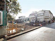 小学校から徒歩1分の建築条件無し売地です。南面に広く面しておりますし
