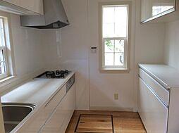 独立型キッチン・食器棚も作り付け