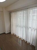 リビング隣の洋室。バルコニーに面した明るいお部屋です。