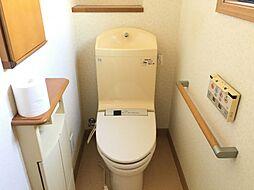 二階トイレには快適な温水洗浄便座付き