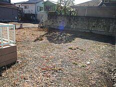 東側に歩道があり、旧青梅街道へアクセスできます。また、現況、南東側に家が建っていません。