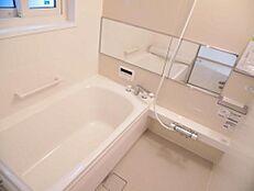 リフォーム済お風呂はハウステック製の新品のものに交換しました。1坪タイプなので、ゆったり入ることができます。追い炊き機能付です。新しいお風呂で毎日の疲れを癒してください。