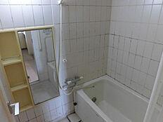 リフォーム中現在はタイル張りの浴室ですが、ハウステック製のユニットバスへ交換します。詳しく後述の同仕様写真を参照下さい。