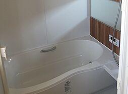 浴槽の中に肘掛が付いています。ゆったりとしたバスタイムを