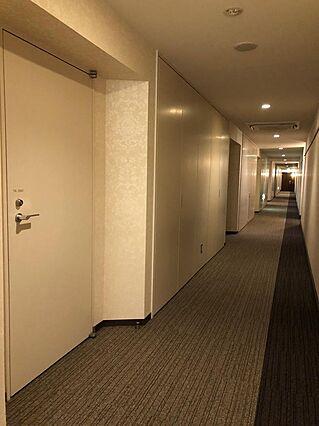 廊下にトランク...