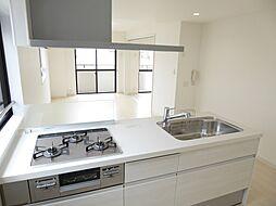 キッチン 3口ガスコンロシステムキッチン 清潔感のある白色でお部屋と統一感あり  室内(2017年8月)撮影