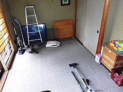 リビング横には和室があります。2枚引き戸でつながているため、開け放してリビングと一体で利用できます。