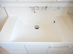 シャンプードレッサー付き洗面化粧台を設置しました。忙しい朝の身支度もスムーズにおこなえます