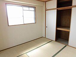 リフォーム済和室です。畳は表替え、壁はクロス張替え、襖張替えを行いました。畳のお部屋は底冷えしにくいので、こたつを置いてゆっくりくつろぐお部屋にピッタリですね。