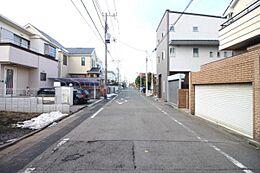 広々とした約7mの前面道路。すっきりとした街並みが広がります。