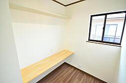 書斎8帖洋室に併設された納戸を、書斎としてお使い頂けるようカウンターを新設いたしました。コンセントも新設したので、パソコンもお使い頂けます。