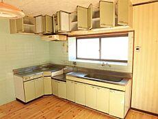 リフォーム前写真キッチンは新品のシステムキッチンに交換予定です。人工大理石の天板の幅2700cmの広々としたワークトップになる予定です。