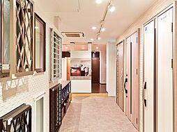 外壁サンプルをはじめ、サッシュや玄関扉などを見て頂けるコーナーがあります。カードキータイプの玄関扉の開閉を実際に体験していただくこともできます。