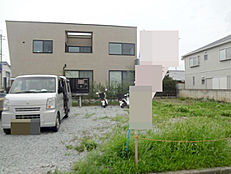 第一種低層住居専用地域の閑静な住宅街にございます。