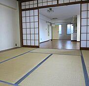 和室側から撮影、荷物も整理されこのままのお引渡しとなります。ご覧のように明るい室内です。