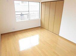 リフォーム済。2階南西洋室です。天井と壁のクロスを張り替えて、床はフローリングに張り替えました。2面採光で明るいお部屋になっています。