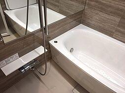 鏡が横になっており、ホテルライク風なお風呂ですね