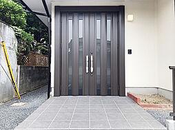 新規交換済み、重厚感の溢れる両開きの玄関扉。荷物の搬入・搬出の際も楽に出し入れ頂けます。