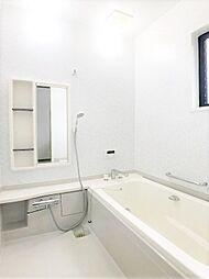 ワイドバスタブ、きれいな浴室。