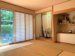 約8.5帖の和室はLDKを通らずに出入りが出来るから、客間としておすすめの一室。