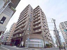 京王線府中駅より徒歩約3分という恵まれた立地。時代とともに移り変わっていく街の姿を眺め続ける、そのための特等席とも言えるマンションです